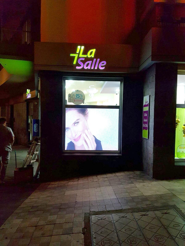 Instalación Pantalla LED P4,44 en Farmacia La Salle